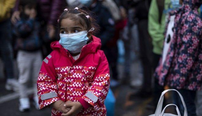 Κοριτσάκι πρόσφυγας στη Μόρια