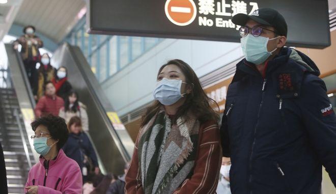 Οι άνθρωποι φορούν μάσκες σε σταθμό μετρό στην Ταϊπέι της Ταϊβάν, την Τρίτη 28 Ιανουαρίου 2020