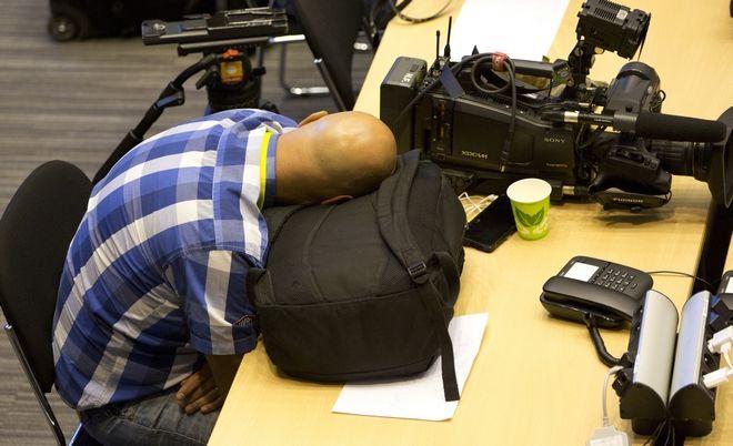 Δημοσιογράφοι κοιμούνται κατά τη διάρκεια της Συνόδου Κορυφής