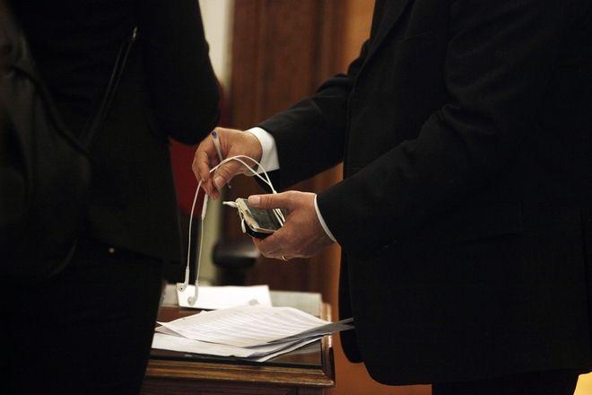 Παράδοση του κινητού τηλεφώνου από υπουργό πριν την είσοδο στο υπουργικό συμβούλιο την Πέμπτη 3 Μαρτίου 2016. (EUROKINISSI/ΓΙΩΡΓΟΣ ΚΟΝΤΑΡΙΝΗΣ)