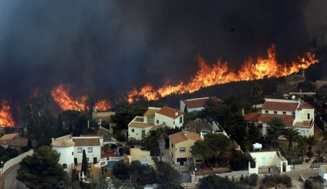 A wildfire burns nearby Benitachel village, near Benidorm, eastern Spain, Monday, Sept. 5, 2016. Spanish firefighters are still working to bring under control a forest blaze near Valencia that forced the evacuation of around 1,000 people. Authorities said more than 200 firefighters with 65 vehicles were deployed Monday to the wildfire some 350 kilometers (220 miles) southeast of Madrid. (AP Photo/Alberto Saiz)