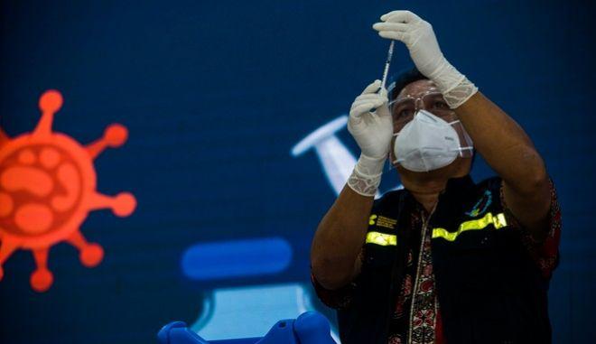 Στιγμιότυπο από εμβολιασμό στην Ινδονησία