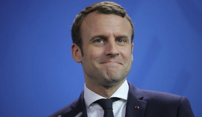 El presidente de Francia, Emmanuel Macron, asiste a una rueda de prensa con la canciller de Alemania, Angela Merkel, en Berlín, Alemania, el lunes 15 de mayo de 2017. (Michael Kappeler/dpa via AP)
