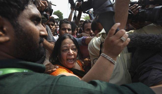 Εξαγριωμένο πλήθος προσπαθεί να προσεγγίσει κατηγορούμενο για βιασμό ανηλίκου, στην Ινδία