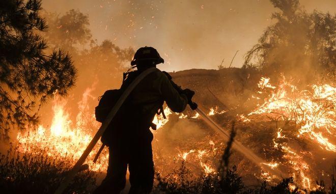 Πυροσβέστης επιχειρεί στη φωτιά της Καλιφόρνια