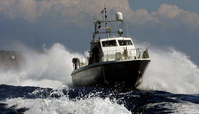 Σκάφος του λιμενικού σώματος συνοδεύει το σκάφος που μεταφέρει τον πρόεδρο του ΠΑΣΟΚ Γιώργο Παπανδρέου κατά την αναχώρησή του από το Αγαθονήσι, Σάββατο 02 Μαϊου 2009. Ο πρόεδρος του ΠΑΣΟΚ πραγματοποιεί διήμερη περιοδεία στους Φούρνους, τη Σάμο και το Αγαθονήσι. ΑΠΕ-ΜΠΕ/ΣΥΜΕΛΑ ΠΑΝΤΖΑΡΤΖΗ