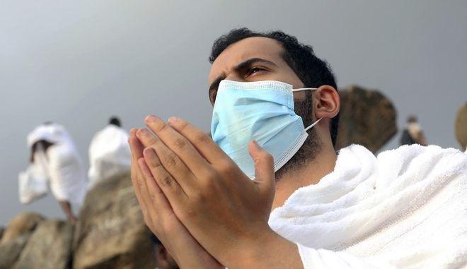 Φορώντας μάσκες οι Σαουδάραβες επιτράπηκε να προσευχηθούν μέσα στη Μέκκα