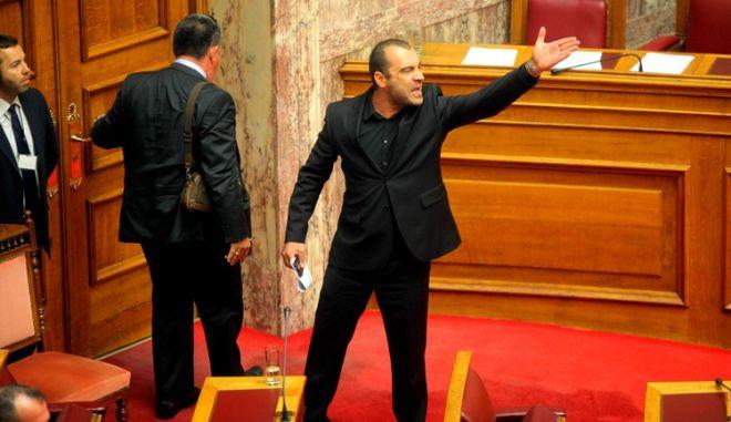 Από το αυτί και στον Πρόεδρο. Έρχονται πρόστιμα για προπηλακισμούς και άσεμνο ντύσιμο στη Βουλή