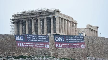 Πανό κατά της συμφωνίας των Πρεσπών στην Ακρόπολη από το ΚΚΕ