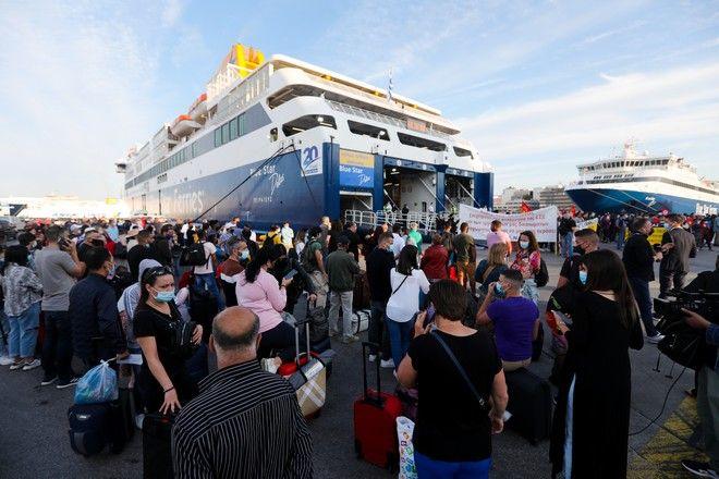 Ουρές ταλαιπωρίας στο λιμάνι του Πειραιά λόγω της 24ωρης απεργίας στα πλοία