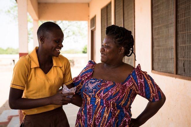 Η Αma χαμογελαστή μαζί με την Αbiba μετά τη διάσωσή της