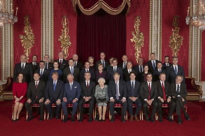 Αναμνηστική φωτογραφία των ηγετών που παρευρέθηκαν στο παλάτι του Μπάκιγχαμ