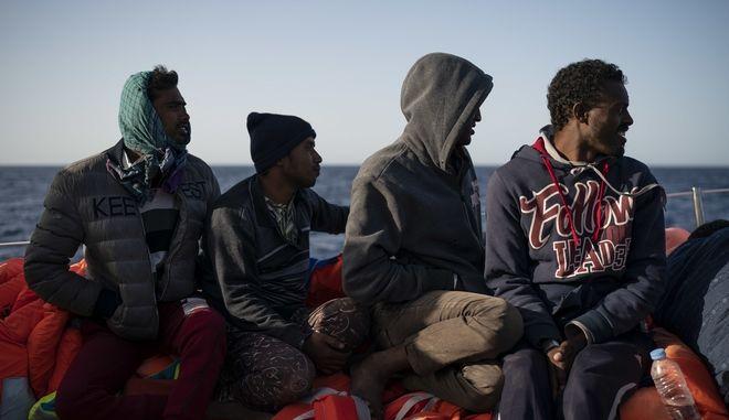Μετανάστες σε φουσκωτό στη Μεσόγειο