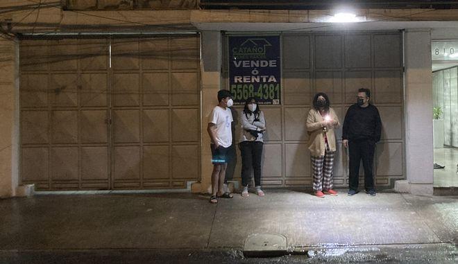 Πολίτες στους δρόμους της πόλης του Μεξικού μετά τον ισχυρό σεισμό 7,1 Ρίχτερ που σημειώθηκε στην πολιτεία Γκερέρο