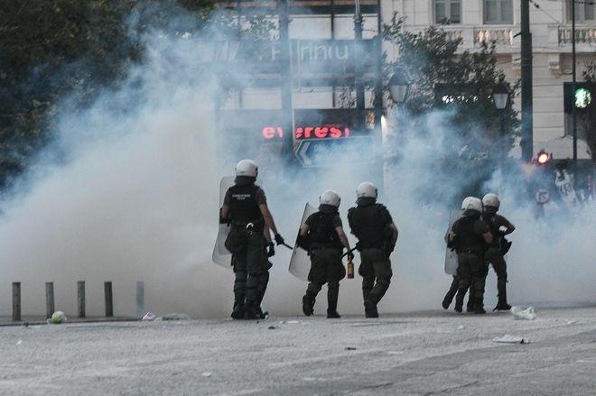 Επεισόδια στο Σύνταγμα κατά τη διάρκεια των συγκεντρώσεων κατά του νομοσχεδίου για τις διαδηλώσεις την Πέμπτη 9 Ιουλιου 2020