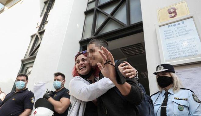 Στιγμιότυπο από τη συγκέντρωση αλληλεγγύης έξω από το κτίριο της Ευελπίδων όπου ο 14χρονος μαθητής απολογήθηκε στον ανακριτή για κακούργημα μετά την σύλληψή του στο μαθητικό συλλαλητήριο