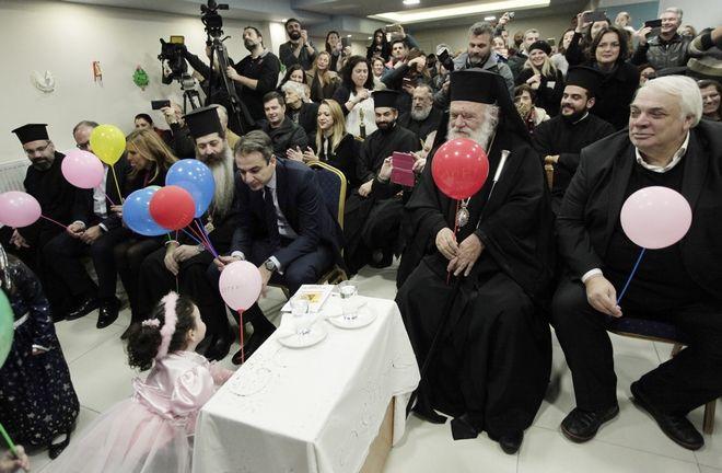 Ο Αρχιεπισκοπος Ιερωνυμος και ο Προεδρος της Ν.Δ Κυριακος Μητσοτακης επισκεφθηκαν σημερα το Βαφιαδακειο ιδρυμα(βρφονηπιακος σταθμος) της Αρχιεπισκοπης και παρακαλουθησαν τις χριστουγενναιτικες εορταστικες εκδηλωσεις των παιδιων-Στην εκδηλωση παρευρεθη ο Δημαρχος Αγιων Αναργυρων Νικος Σαραντης και η πολιτευτης της Ν.,Δ υπευθυνη για την κοινωνικη πολιτικη του κομματος Ζωη Ραπτη--ΦΩΤΟ ΧΡΗΣΤΟΣ ΜΠΟΝΗΣ