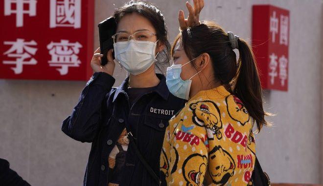Πολίτες με μάσκα στην Κίνα