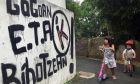 """Παιδιά παίζουν δίπλα από ένα γκράφιτι που λέει """"ETA, Χώρα των Βάσκων και Ελευθερία, στη μνήμη και στην καρδιά"""". (Φωτογραφία αρχείου)"""
