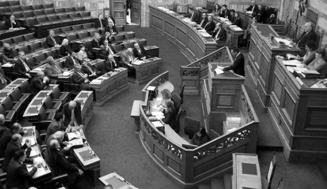Η αιθουσα της Ολομέλειας, στην συζήτηση για τον ενιαίο φόρο ακινήτων στην ολομέλεια της Βουλής το Σάββατο 21 Δεκεμβρίου 2013. (EUROKINISSI/ΓΙΩΡΓΟΣ ΚΟΝΤΑΡΙΝΗΣ)