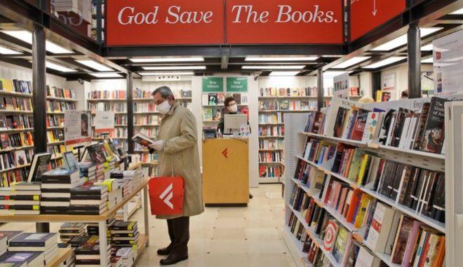 Ιταλία: Άνοιξαν τα βιβλιοπωλεία - Με μάσκες και γάντια οι καταστηματάρχες