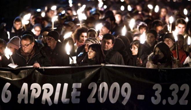 Ιταλία: Λαμπαδηφορία μνήμης για τα θύματα του φονικού σεισμού στη Λ' Άκουϊλα