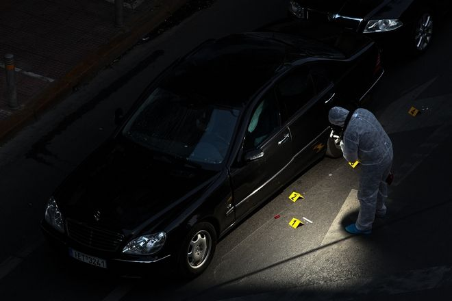 Letter bomb explosion in the car of the ex Prime Minister of Greece Loukas Papadimos, in Athens, on May 25, 2017 /        ,  ,  25 , 2017