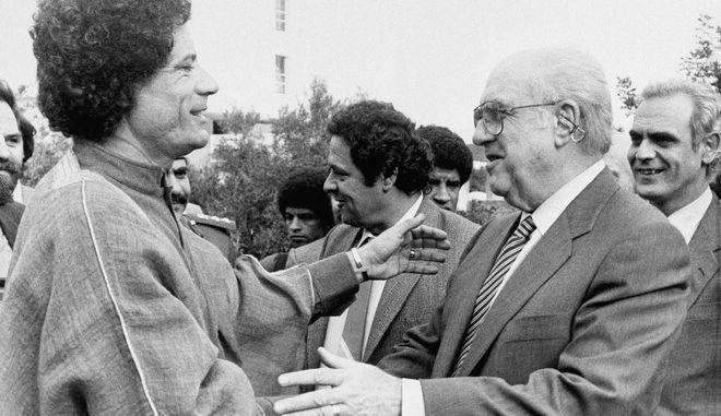 Ο Ανδρέας Παπανδρέου και ο  Moammar Gadhafi