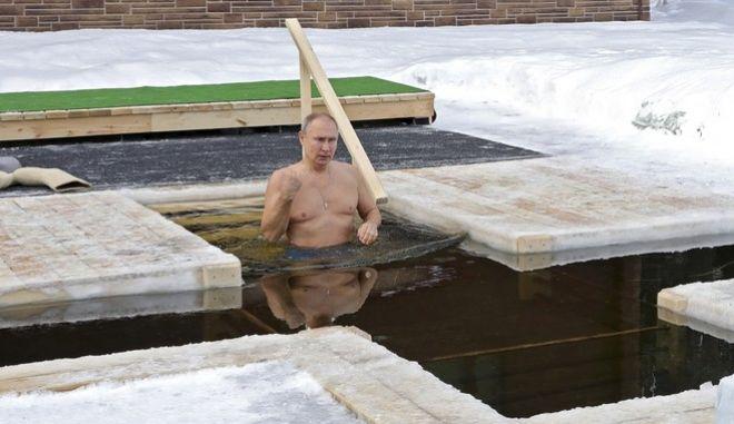 Ο Βλαντιμίρ Πούτιν εορτάζει τα Θεοφάνια στους -20 βαθμούς Κελσίου