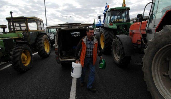 Υποδοχή των τρακτέρ και των αγροτών που συμμετείχαν στην πορεία της Αθήνας στο μπλόκο της Νίκαιας στην Λάρισα την Κυριακή 14 Φεβρουαρίου 2016. (EUROKINISSI/ΘΑΝΑΣΗΣ ΚΑΛΛΙΑΡΑΣ)