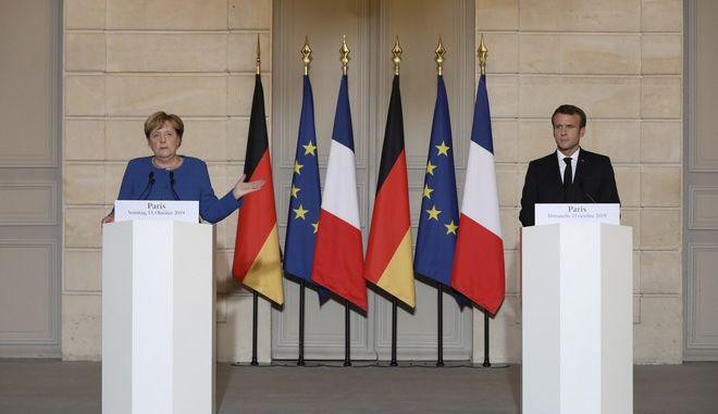 Ο Γάλλος πρόεδρος Εμανουέλ Μακρόν και η Γερμανίδα καγκελάριος Άνγκελα Μέρκελ στο Παρίσι