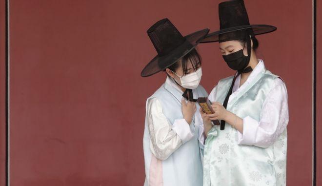 Γυναίκες με μάσκα κατά του κορονοϊού στη Νότια Κορέα
