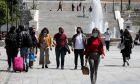 Πολίτες με μάσκα στην πλατεία Συντάγματος