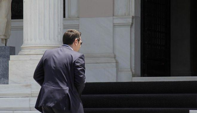 Ο πρωθυπουργός Αλέξης Τσίπρας προσέρχεται στο Μέγαρο Μαξίμου για την συνεδρίαση της πολιτικής ομάδας διαπραγμάτευσης την Δευτέρα 15 Ιουνίου 2015. (EUROKINISSI/ΓΙΩΡΓΟΣ ΚΟΝΤΑΡΙΝΗΣ)