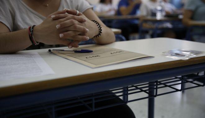 Πρεμιέρα των Πανελλαδικών Εξετάσεων με τους υποψηφίους από τα Γενικά Λύκεια να εξετάζονται στο μάθημα της Ελληνικής Γλώσσας στο 57ο ΓΕΛ στους Αμπελόκηπους, την Δευτέρα 6 Ιουνίου 2017. (EUROKINISSI/ΣΤΕΛΙΟΣ ΜΙΣΙΝΑΣ)