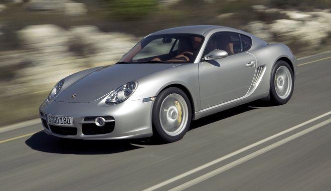 Das undatierte Werkfoto der Porsche AG zeigt den neuen Cayman S, der am 26. November 2005 auf dem europaeischen Markt eingefuehrt wird. Der Zweisitzer auf Basis des Porsche  Boxster wird von einem 3,4 Liter Sechszylinder-Boxermotor mit 295 PS (217 Kw) angetrieben und soll in Deutschland 58.529 Euro kosten. (AP Photo/Porsche AG) ** NUR ZUR REDAKTIONELLEN VERWENDUNG**  ---- An undated photo provided by Porsche AG on Monday, May 23, 2005 shows the German sportscar manufacturer's Porsche 'Cayman S', a two-seater based on the Posche Boxster powered by a 3.4 liters six cylinder Boxer engine wit 295 HP (217Kw). (AP Photo/Porsche AG) **EDITORIAL USE ONLY ***MANDATORY CREDIT **