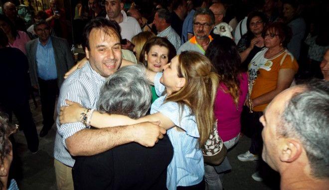 Ο Δημήτρης Παπαστεργίου πανηγυρίζει με κόσμο στο εκλογικό του κέντρο στην πόλη των Τρικάλων