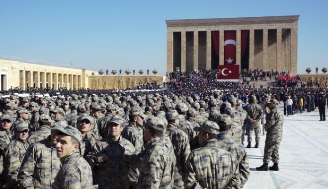 Χιλιάδες Τούρκοι στρατιώτες στο μαυσωλείο του Κεμάλ Ατατούρκ