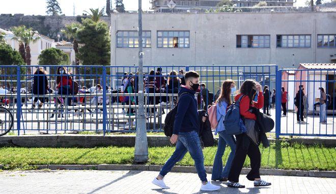 Θεσσαλονίκη: Συνελήφθη γυναίκα που προέτρεπε μαθητές να μην κάνουν το self test