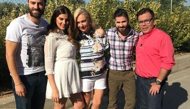 Η Σταματίνα Τσιμτσιλή και οι συνεργάτες της έξω από τα στούντιο της εκπομπής Happy Day