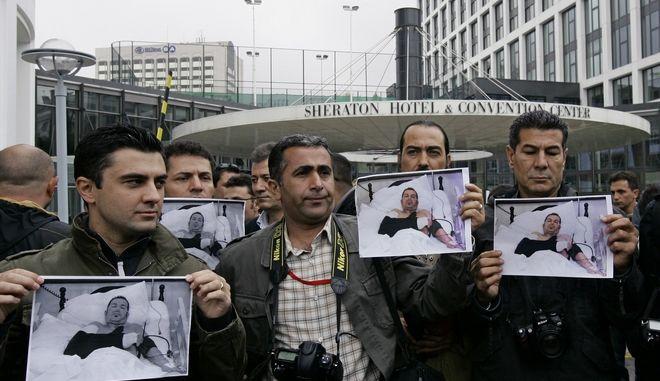 Δημοσιογράφοι στην Τουρκία με την φωτογραφία συναδέλφου τους που δέχτηκε επίθεση (2008)