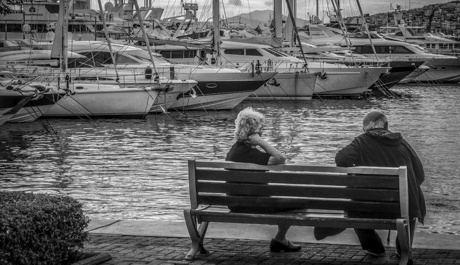 Ηλικιωμένοι κάθονται σε παγκάκι στην Μαρίνα Αλίμου. Φωτό αρχείου.