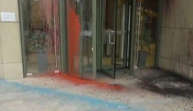 Εξωτερική άποψη του υπουργείου Ανάπτυξης μετά την επίθεση