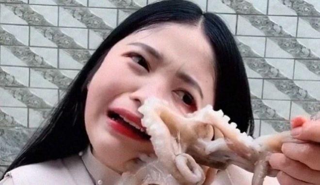 Βίντεο: Χταπόδι επιτίθεται σε γυναίκα που ήθελε να το φάει ζωντανό