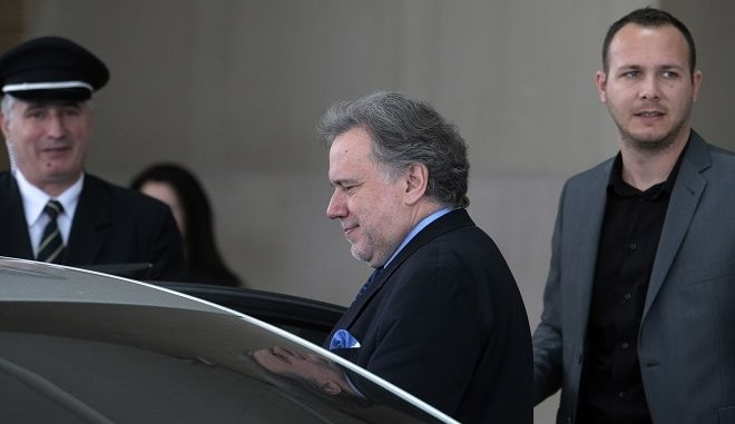 """Ο υπουργος Εργασίας Γιώργος Κατρουγκάλος αποχωρεί απο το ξενοδοχείο """"Χίλτον"""" μετά την  συνάντηση με τους εκπροσώπους των θεσμών το Σάββατο 12 Μαρτίου 2016. Αντικείμενο της συνάντησης η διοικητική μεταρρύθμιση στο πλαίσιο της πρώτης αξιολόγησης του ελληνικού προγράμματος. (EUROKINISSI/ΣΤΕΛΙΟΣ ΣΤΕΦΑΝΟΥ)"""