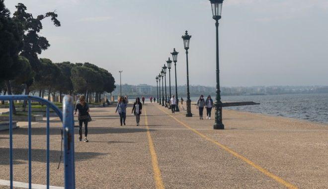 Κόσμος στην παραλία Θεσσαλονίκης