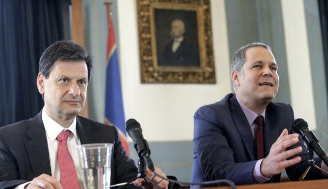 """Οι πρόεδροι της «Δημιουργίας, ξανά!» Θάνος Τζήμερος (δεξιά) και της «Δράσης» Θεόδωρος Σκυλακάκης (αριστερά) στην παρουσίαση, την Πέμπτη 24 Απριλίου 2014,  του λογότυπου και των υποψηφίων του ευρωψηφοδελτίου του νέου κόμματος συνεργασίας """"Γέφυρες"""". (EUROKINISSI/ΓΕΩΡΓΙΑ ΠΑΝΑΓΟΠΟΥΛΟΥ)"""