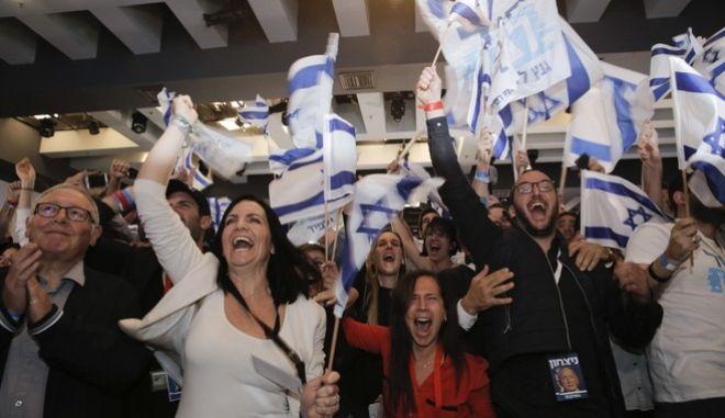Πανηγυρίζουν  οι οπαδοί του κεντρώου Μπλε - Λευκό