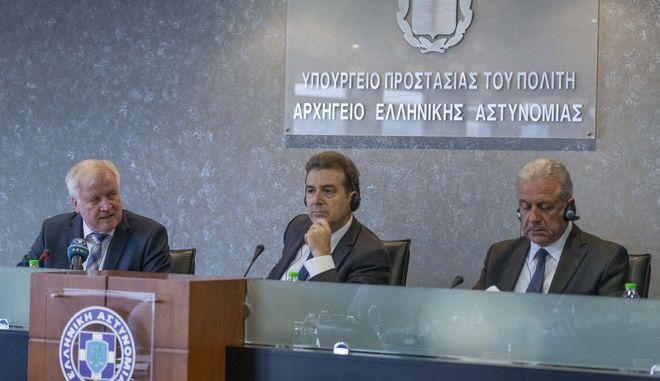 Από αριστερά ο Γερμανός υπουργός Εσωτερικών Χορστ Ζεεχόφερ, ο υπουργός Προστασίας του Πολίτη Μιχάλης Χρυσοχοΐδης και ο επίτροπος Μετανάστευσης, Εσωτερικών Υποθέσεων και Ιθαγένειας της ΕΕ Δημήτρης Αβραμόπουλος