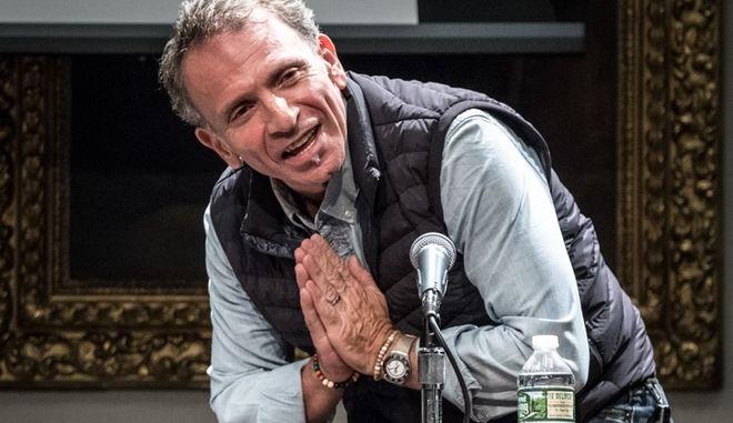 Ο Γιάννης Μπεχράκης δέχεται θερμά χειροκροτήματα μετά από ομιλία του σε ομαδική συζήτηση στο Πανεπιστήμιο Columbia της Νέας Υόρκης στις 11 Οκτωβρίου 2016.